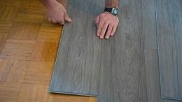 SPC地板是怎么铺设施工的?和腾小编带您走进 spc地板铺设现场